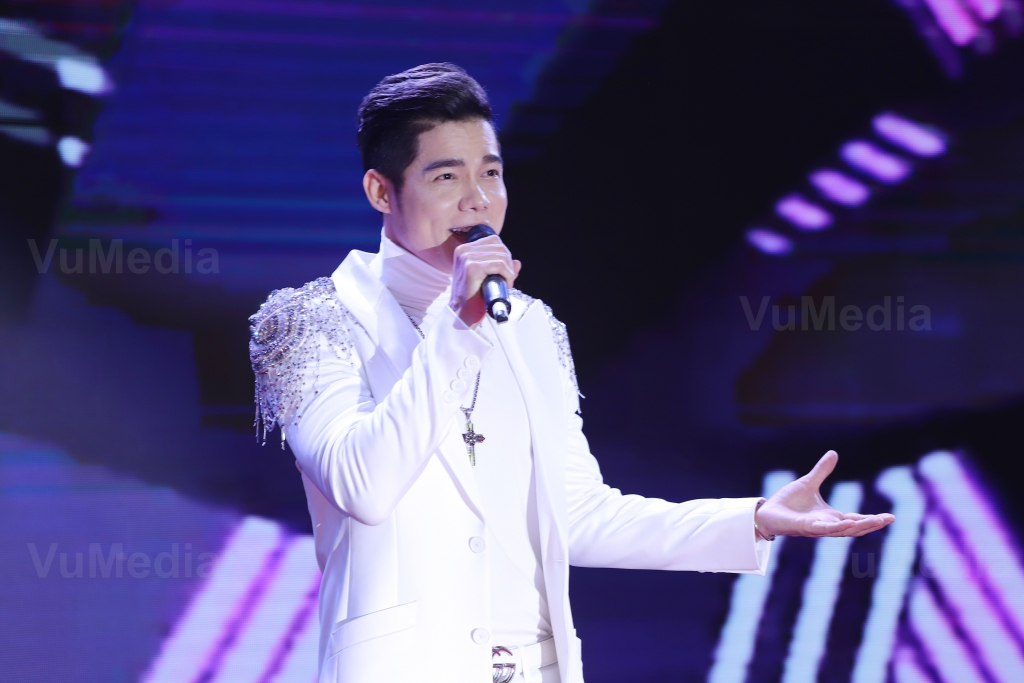 Ca sĩ Lưu Chí Vỹ biểu diễn tại sự kiện